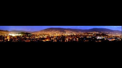 Vista nocturna desde el barrio Laureles, Medellín, Antioquia, Colombia, Suramérica.