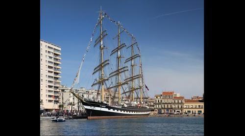Un beau 4 mats , le second plus grand voilier du monde Le Kruzenshtern au quai d'Alger à Sete