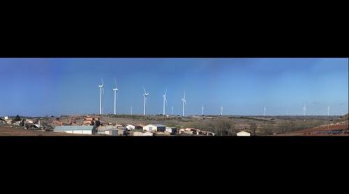 Parque eólico Ventosa del Ducado. Yelo en primer plano.