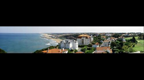 Biarritz vue depuis une terrasse sur la Plage de la Chambre d'Amour