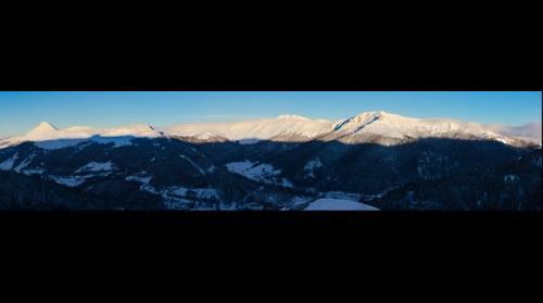 Les monts du Cantal, un matin d'hiver.