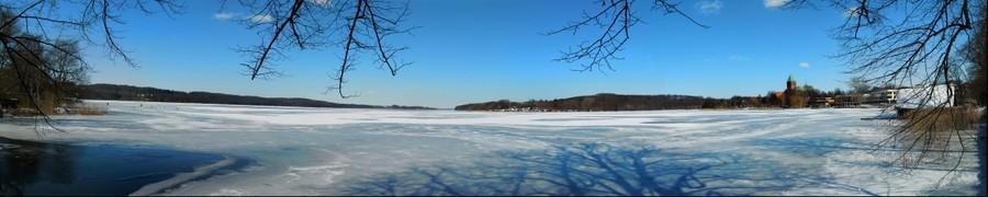 Blick über den zugefrorenen Großen Ratzeburger See