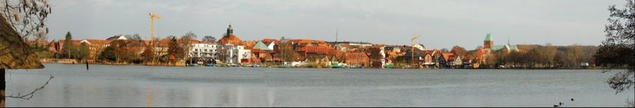 Blick von Südosten über den Kleinen Küchensee auf die Inselstadt Ratzeburg