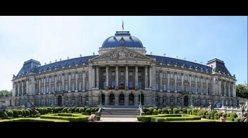 Intronisation du roi Philippe de Belgique le 21 juillet 2013 - Salut de la famille royale au balcon du palais de Bruxelles