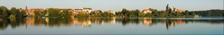 Blick über den Domsee auf die Inselstadt Ratzeburg