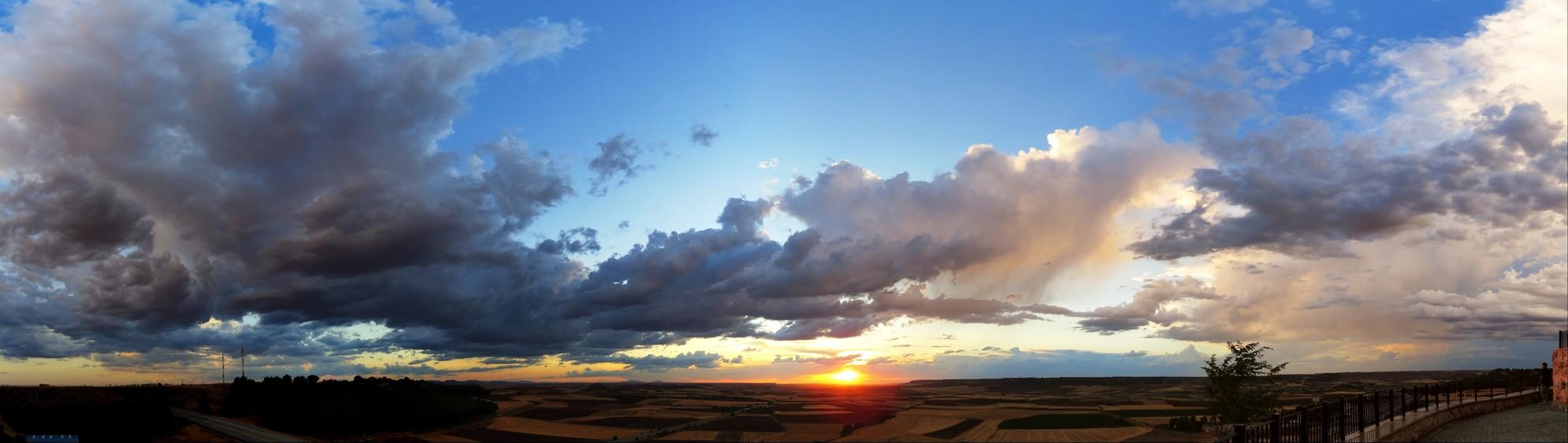 Panorámica de puesta de sol en La Guardia (Toledo)