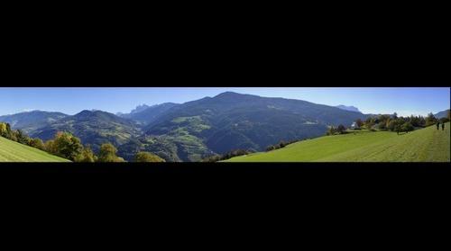 Blick vom Eisacktaler Keschtnweg in Richtung Dolomiten.