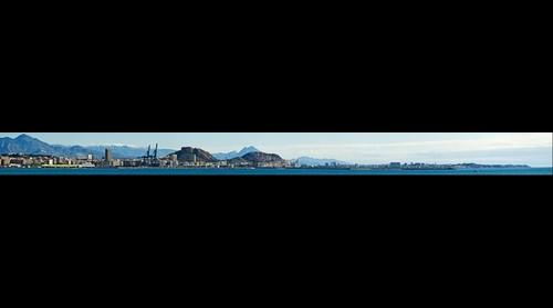 Panorámica de Alicante con la Sierra de Aitana Nevada