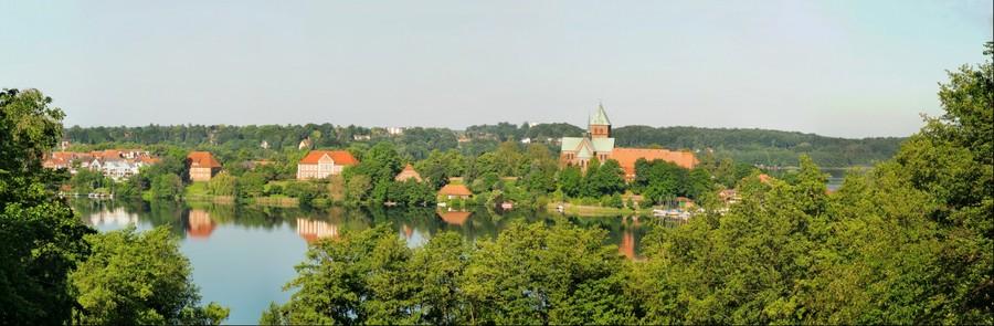 Blick von der Schoenen Aussicht in Baek zur Domhalbinsel Ratzeburg (Sommer - Panorama 1)