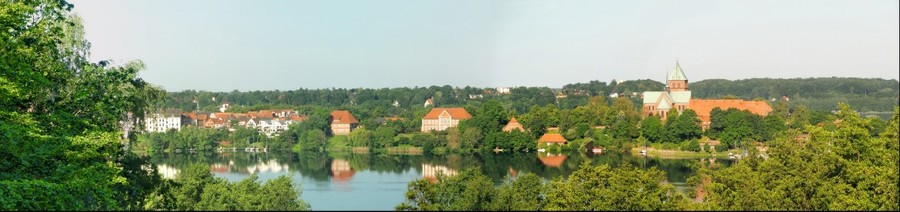 Blick von der Schönen Aussicht in Bäk zur Domhalbinsel Ratzeburg (Sommer - Panorama 2)