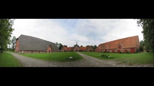 Gut Hasselburg Blick auf den Wirtschaftshof mit Torhaus und Scheune