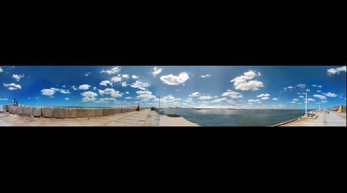 Dos ciudades: Necochea y Quequén. Vista desde La escollera sur de Necochea. Rio y Mar