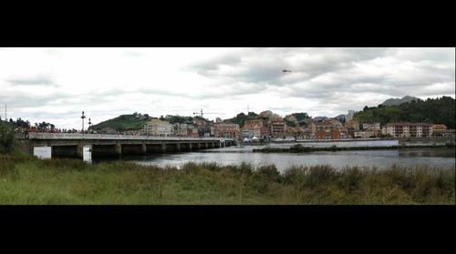 Ribadesella, esperando la llegada en el 75 Descenso Internacional del Sella 2011