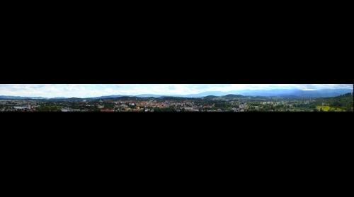 Panorama Jeleniej Góry i Karkonoszy.
