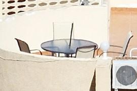 Una altra mostra de joc de taula i cadires a la terrassa
