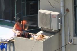 Chinesa lavando pantufas