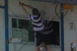 um cara consertando alguma coisa
