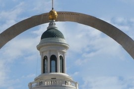 the old courthouse and the new arch